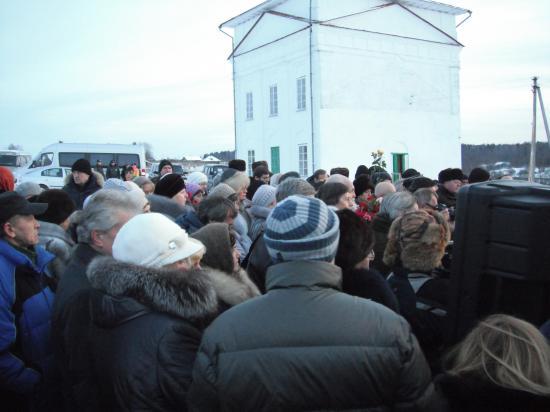 несмотря на холод, много людей пришло проводить Василия Белова