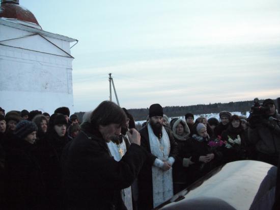 последнее прошание. 7 декабря 2012 года.Харовский район.Около Свято-Никольского храма.