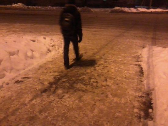 Теперь я стою на настоящем тротуаре. Видите, сколько метров идти по