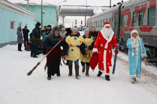 Дед Мороз, Снегурочка, Баба-Яга и скоморохи идут поздравлять пассажиров