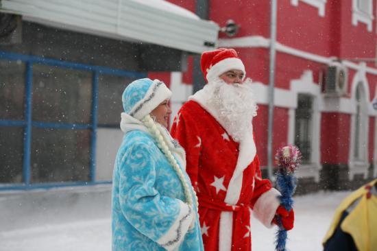 А когда поезд отправился в путь, Дед мороз и Снегурочка провожали его