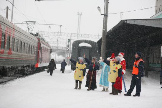 и махали отъезжающим вагонам, даря всем пассажирам новогоднее настроение