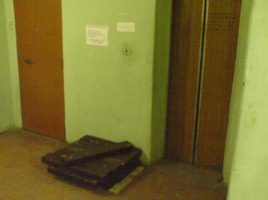 Начало работ... Старый-добрый трудяга - грузовой лифт с 30-ти летним стажем.