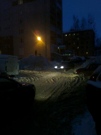 Вечер. Как видите, горка и теперь не пустует, и машины по-прежнему ездят. Это двор новостроек по улице Петрозаводская. Большая Просьба к Управляющей компании ООО