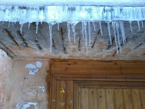 Лед пусть падает на голову жильцов