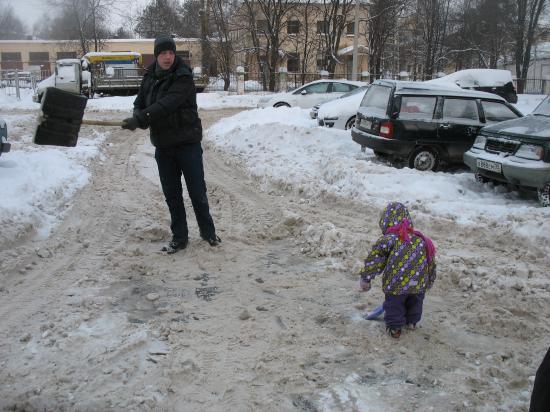 Муж с дочкой вышли на субботник
