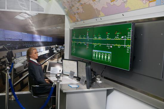 В следующем вагоне показаны современные пульты управления станциями и сортировочными горками
