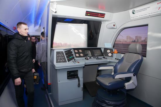 """А это - тренажер машиниста. Платформа, на которой стоит кресло, подвижна, имитирует движение локомотива, все приборы - такие же, как в настоящей кабине. Желающих """"поуправлять поездом"""" было много"""
