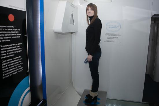 Журналист ТВ-7 Людмила Малинина проверяет, насколько она радиоактивна. Оказывается, гораздо меньше, чем банан)
