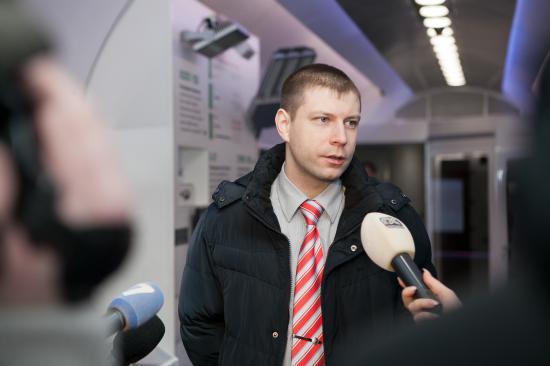 А это заместитель начальника выставочного комплекса, Денис Викторович. Рассказывает, что поезд уже трижды проехал всю страну с запада на восток и с севера на юг