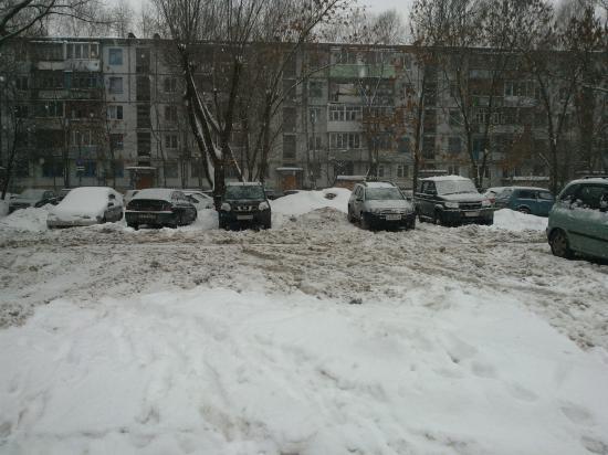 Стоянка завалена снегом. За всю зиму трактор на ней не появлялся ни разу.