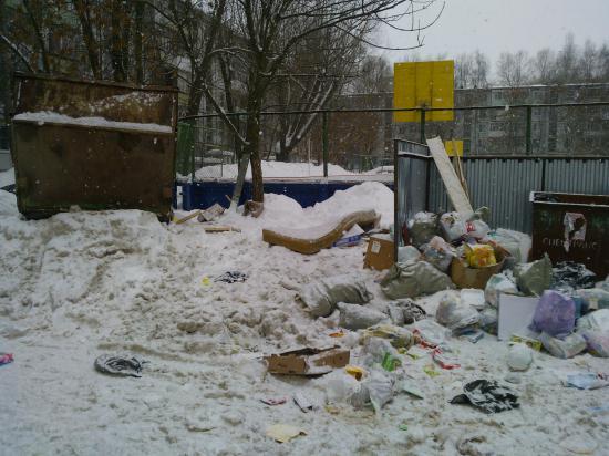 Горы снега вперемешку с мусором.