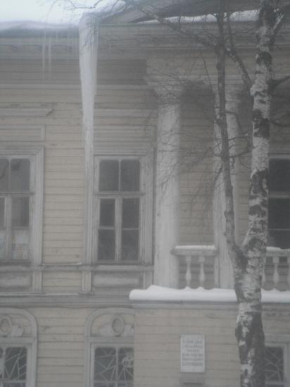 сегодня на этом доме взялись за крышу.
