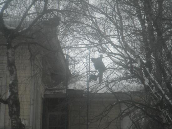 работать на крыше тоже не безопасно.
