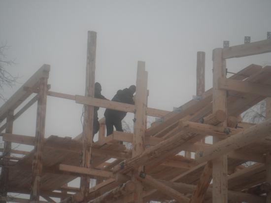 работают строители.