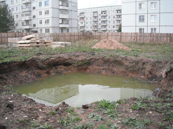на месте зелёной лужайки- котлован.осень 2012г.