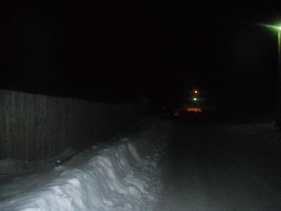 освещение почти отсутствует,слева поворот  и ничего не видно.