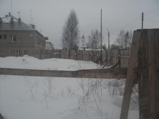 на бывшей зелёной лужайке,вроде-бы забор уже и не нужен.