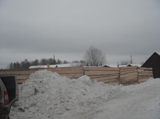 этот забор  около строительства нового дома действительно нужен,и особо ни кому не мешает.
