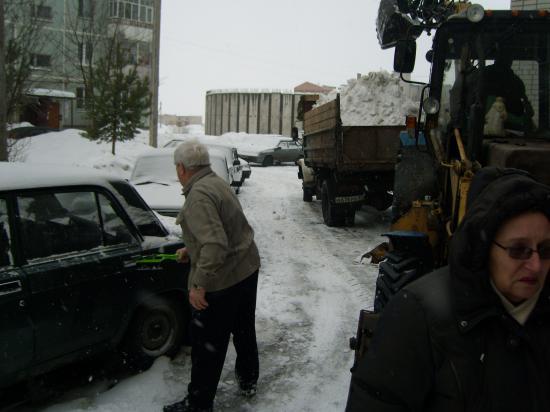 Один из владельцев, чьё сердце дрогнуло при виде трактора, работающего рядом с родной машиной.