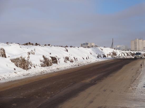 Вот такие снега вдоль всей дороги. В 2-3 раза выше машин.