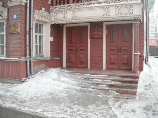 Видно давно дворника  уволили.А ведь фасад лицо хозяев дома.