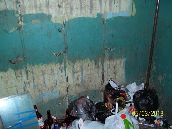 Но жильцы продолжают складировать мусор в подъезде.
