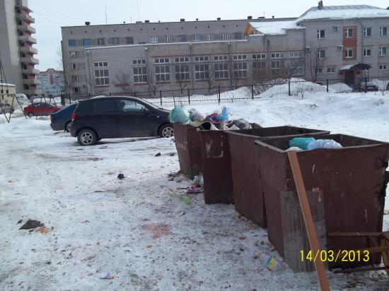Результат уборки свалки рядом с контейнерами (работа производилась дополнительной бригадой управляющей компании