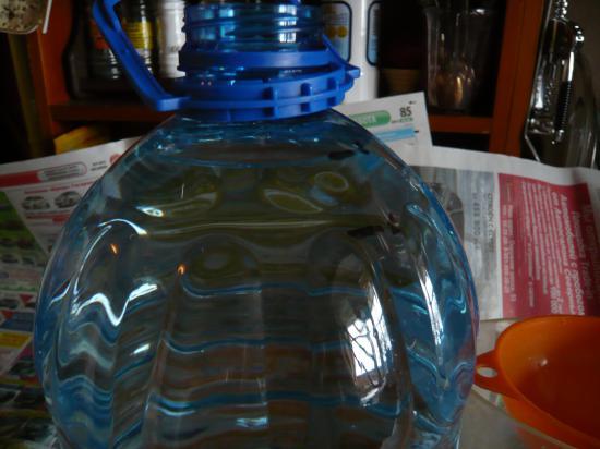 Наглядный итог - отметка № 1 был уровень воды из киоска,отметка № 2 - уровень соответствующий реальным 5 литрам (пяти мерным 1000 мл. кувшинам)