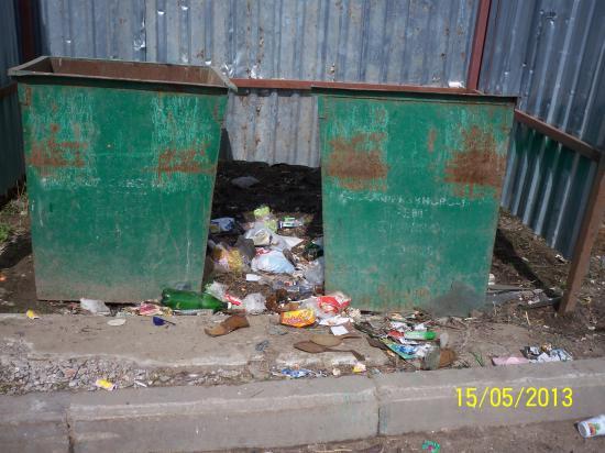 А здесь мусор вывезли.., но возле контейнеров не прибрали.