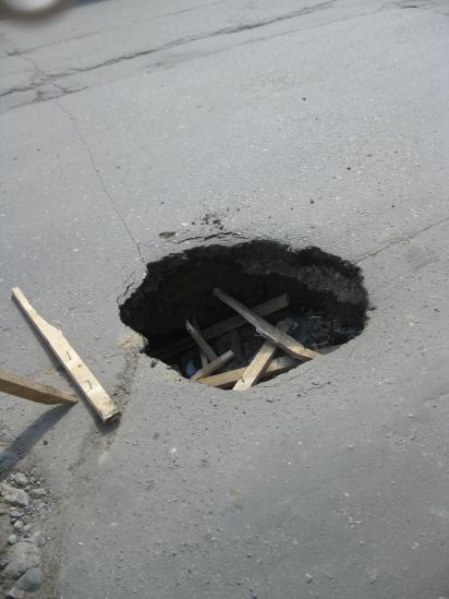 Яма на дороге по ул. Батюшкова