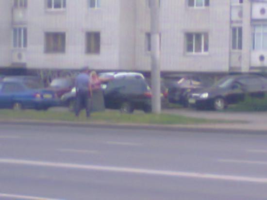 Это Сотрудник ГИБДД поймал девушку, следовавшую по тротуару...