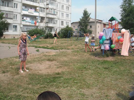 Концерт на улице Юилейной. Выступает местная певица.