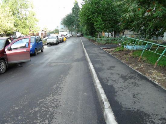 единственная отремонтированная территория в нашем дворе. Проезжая часть и тротуар около дома Новгородская 25. (в нашем дворе 3 дома)