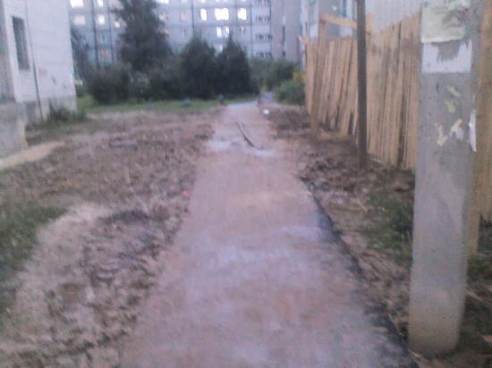 3. Когда забор убрали, чистенький тротуар превратился в то, что было до ремонта, загаженный глиной пустырь.