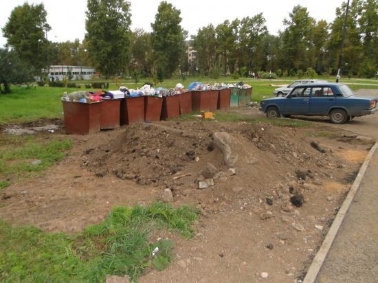 Контейнера. переполнены. К ним просто не подъехать, ведь они стоят не только у детской площадки, но и у стоянки для а/машин.