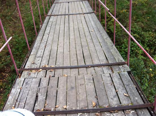 Опасный мостик в парке Мира