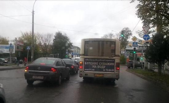 Автобус нарушает ПДД