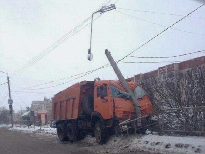 В Вологде фонарный столб развалился на две части от удара КамАЗа