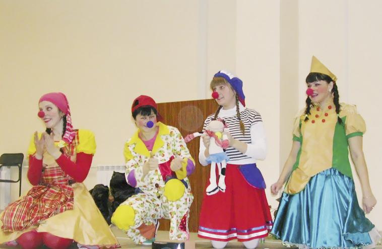 Больничные клоуны помогают маленьким пациентам детской больницы не бояться уколов