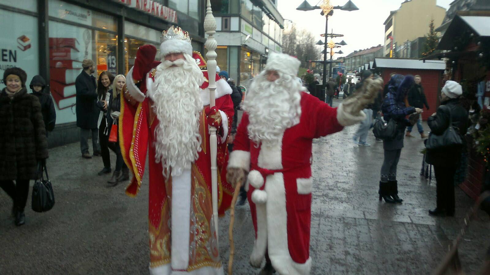 Дед Мороз и Санта-Клаус под проливным дождем поздравили детей в Финляндии