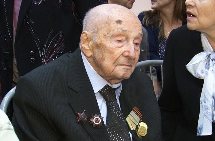 В Череповце героя войны и металлурга поздравили  со 100-летием