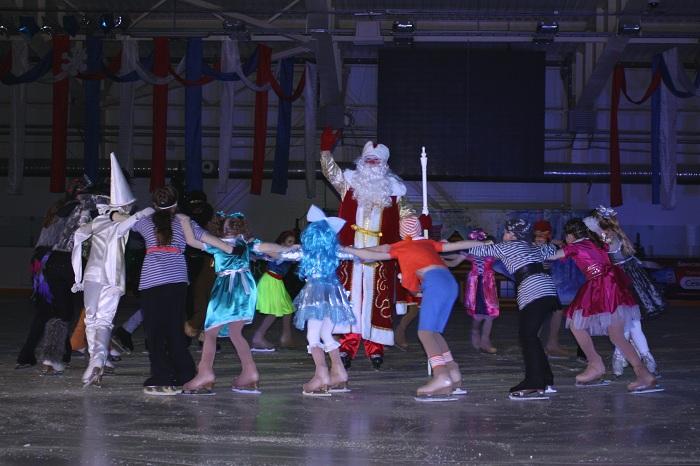 150 одаренных детей побывали на новогоднем ледовом шоу в Вологде