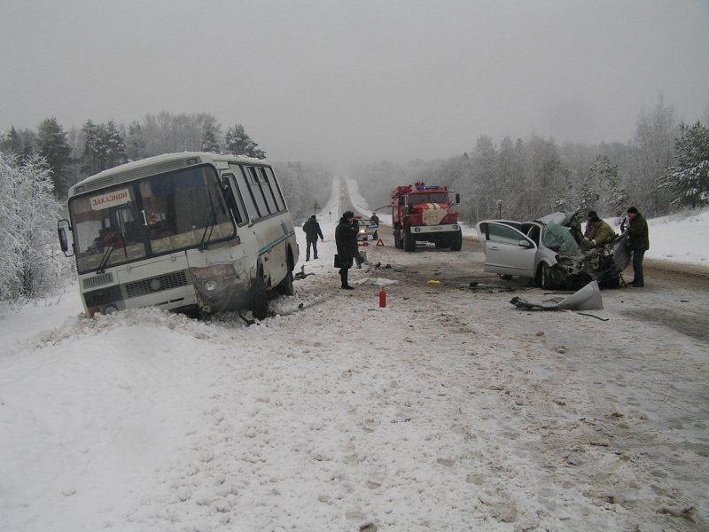 Иномарка и автобус столкнулись на трассе в Вологодской области