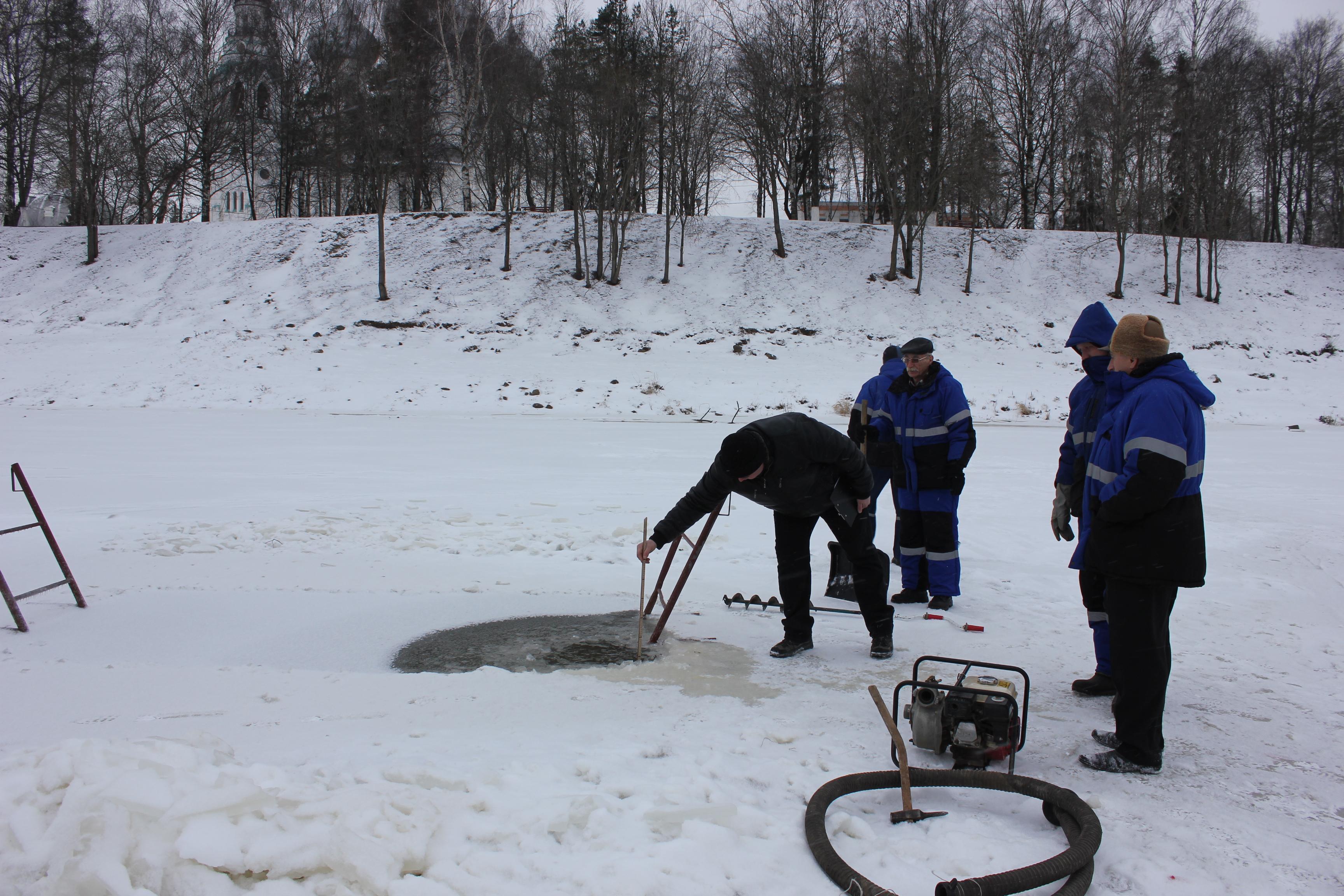 На реке Вологде наращивают лед, чтобы оборудовать вторую купель к Крещению