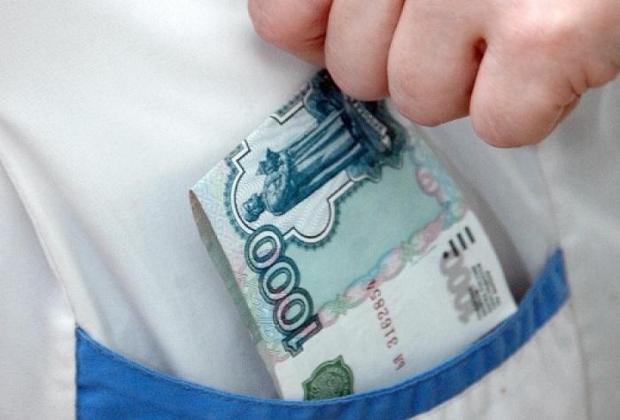 В Череповце завотделением поликлиники выдал фиктивные справки за взятки