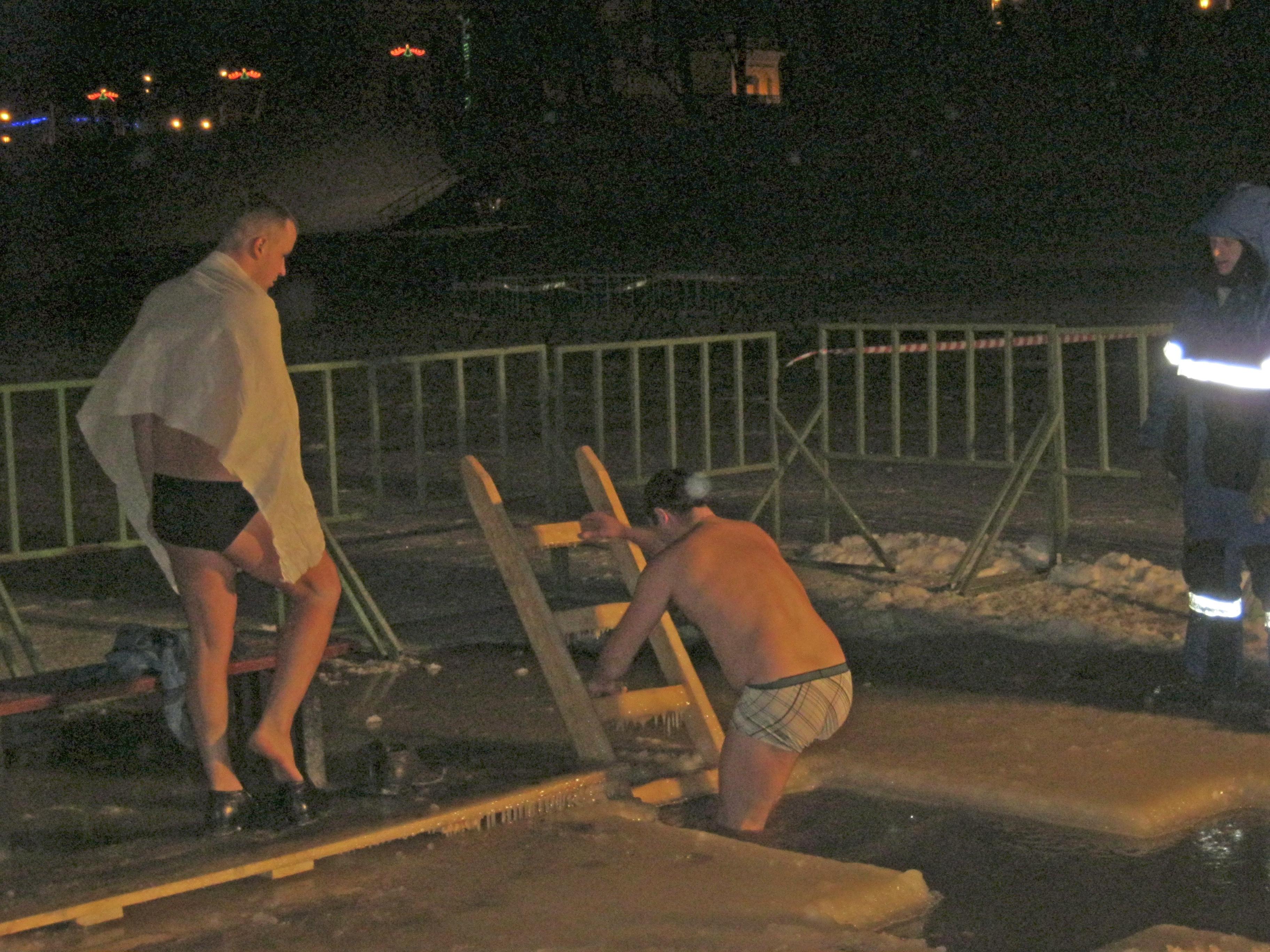 Несколько сотен вологжан окунулись в проруби в ночь на Крещение