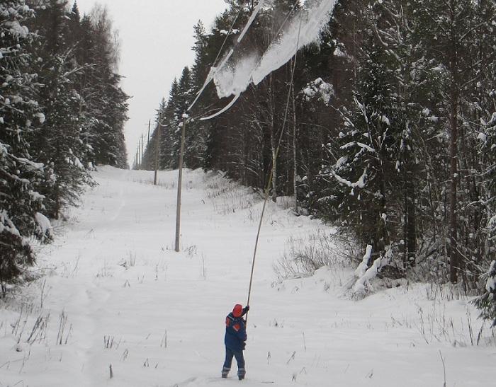 Для профилактики отключений электроэнергии бригады «Вологдаэнерго» сбивают лед и снег с проводов