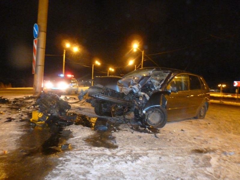 В Вологде иномарка врезалась в столб: водитель и пассажир были пьяны