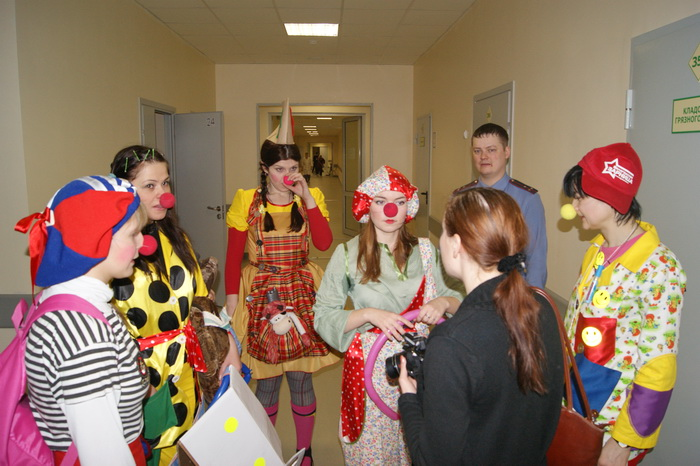 Больничные клоуны вместе с пациентами областной детской больницы учили правила дорожного движения
